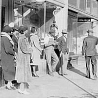 Domestic servants waiting for the streetcar, 1939.